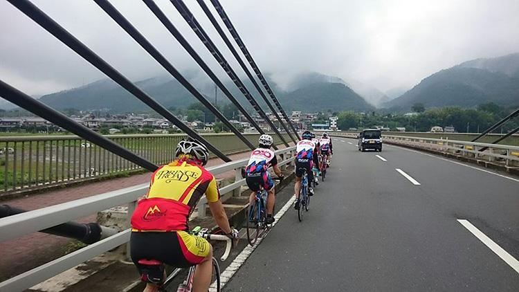 斜張橋を渡って山の景色がきれいです。左側が牛松山です。