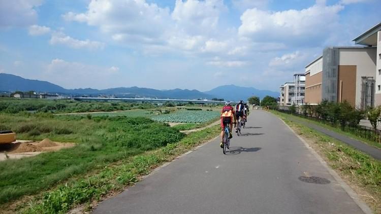 桂川沿いのCRです。遠景に愛宕山が見えます。