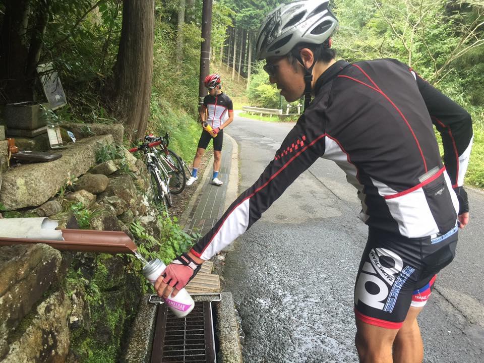 京見峠の水はいつも地元の人がくみにきてますね。