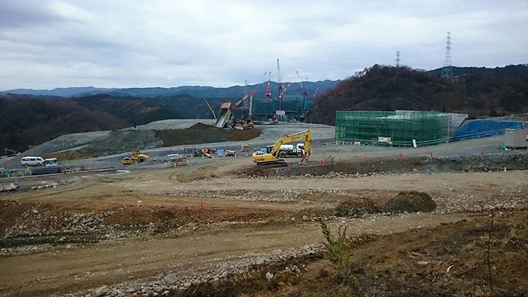 ベニーCCへの登りで新名神の工事現場です。 重ダンプが仕事をしています。