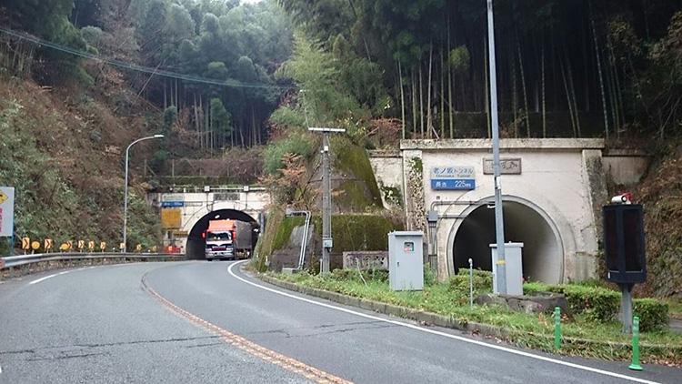 老ノ坂峠です。右側が旧道、現在は歩行者専用です。 旧道の歩行者用は1933年竣工。自動車用は1965年竣工です。 それまでは旧道を交互通行していました。