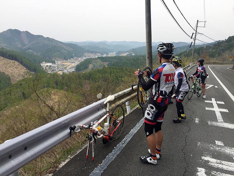 栗尾峠でパンク中に日吉ダムへの道を確認。