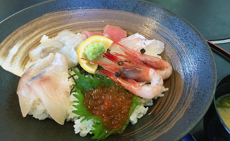海鮮丼 1,300円 具は新鮮です!