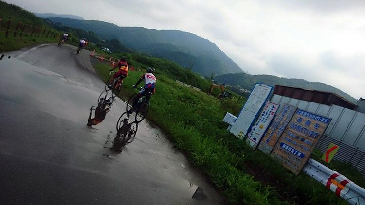 保津小橋への道です。大きな水たまりが残っています。 向こうの山は牛松山(標高636m)です。